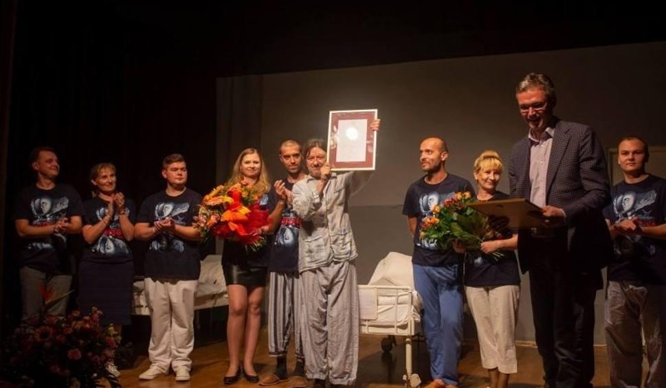 """Film do artykułu: Teatr Ciut Frapujący wyróżniony """"Świętokrzyską Nagrodą Kultury"""" po premierze """"Kuracji"""""""