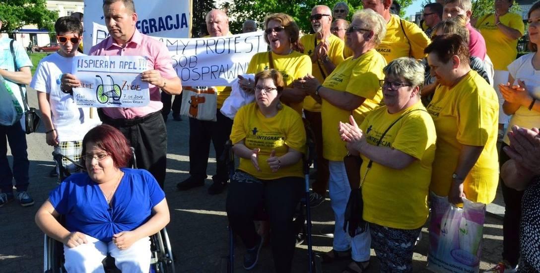 Niepełnosprawni i popierające ich postulaty osoby protestowały na pl. Wolności.