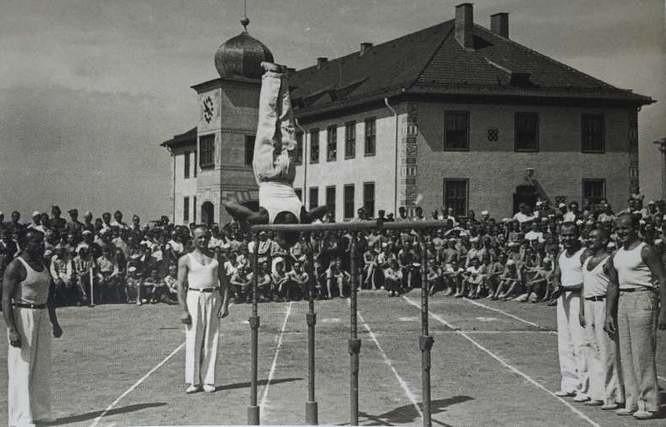 Polscy oficerowie dbali o kondycję, na zdjęciu zawody gimnastyczne
