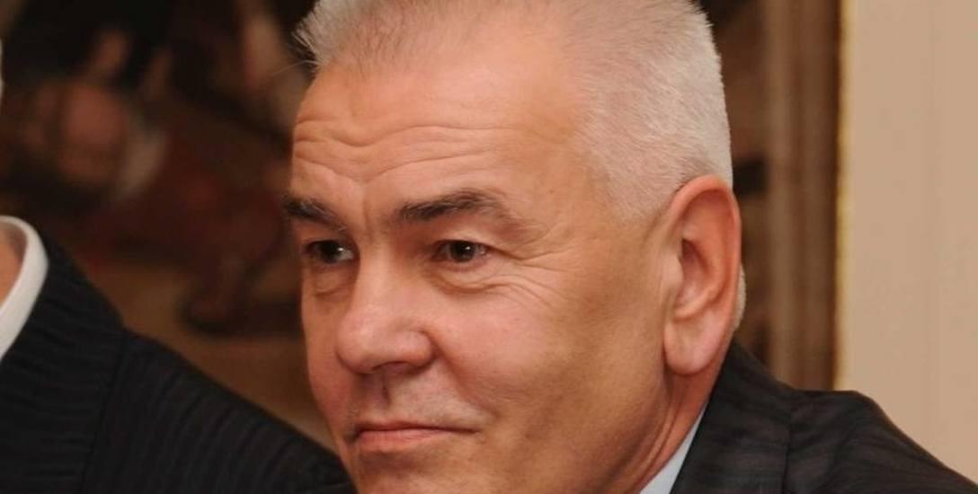 Dziś decyzję w sprawie obniżenia pensji staroście Maciejowi Stefańskiemu będą podejmowali radni powiatu brzeskiego.