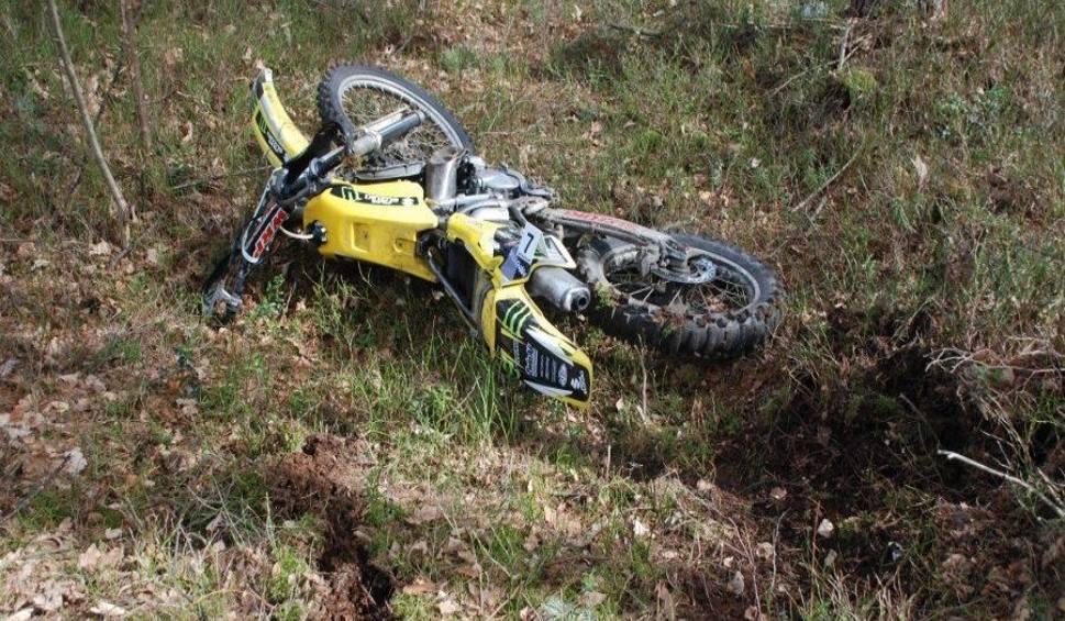 Film do artykułu: Powiat niżański. Tragedia w lesie. 22-latek uderzył motocyklem w drzewo. Nie żyje
