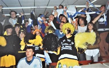 Oświęcimscy fani we wspólnej zabawie w kawiarni lodowiska przed meczem Unii z HC Rouen. Francuzi byli zaskoczeni wizytą fanów Unii, więc przyjęli ich