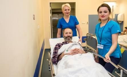 Lech oddawał szpik kostny nie jak większość dawców z krwi obwodowej, ale z talerzy kości biodrowych. Zabieg wykonywany był w krakowskiej klinice w pełnej