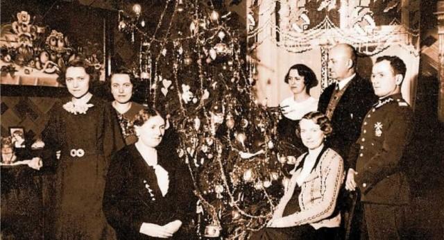 Święta w rodzinie Wawrzyniaków, druga pot. lat 30. Dla Zofii (siedzi po prawej) była to pierwsza gwiazdka z mężem Rudolfem Sajdakiem