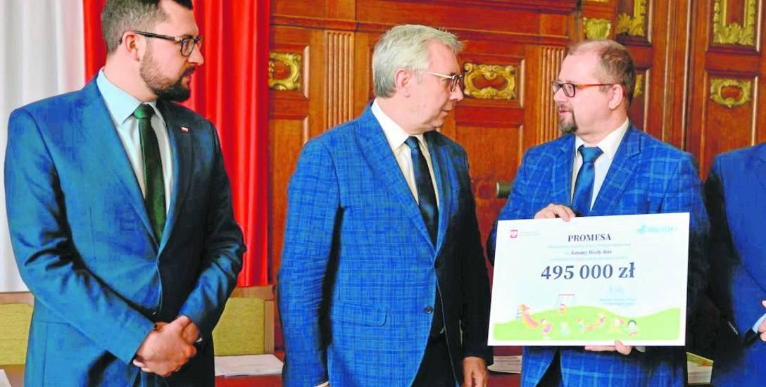 Burmistrz Białego Boru Paweł Mikołajewski (z prawej) odbiera czek na żłobek z lewej: wicewojewoda Marek Subocz i wiceminister rodziny, pracy Kazimierz