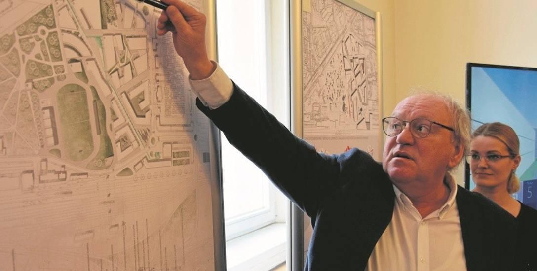 Pomysłów na zabudowę opuszczonych terenów po Owintarze nie brakuje. Na zdjęciu: dr Piotr Gajewski z Politechniki Krakowskiej przy pracy, która wygrała