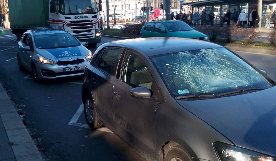 Film do artykułu: Wypadek na Bramie Portowej. Dwie osoby potrącone na pasach