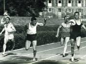 Krakowski sprinter (w środku) finiszuje na pierwszej pozycji w jednym ze swych licznych biegów