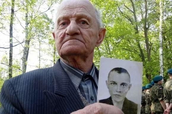 - To moje zdjęcie z obozu. Miałem wtedy 19 lat, niewiele jeszcze wiedziałem o życiu - mówi Stanisław Ładziak.