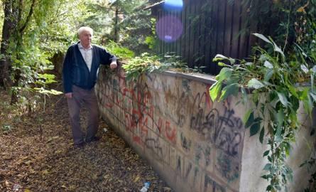 Kaczyński przez las musi rozbierać ogrodzenie