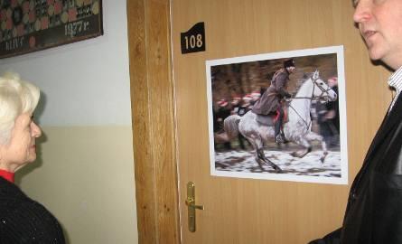 Adam Duszyk objaśniał gościom poszczególne fotografie