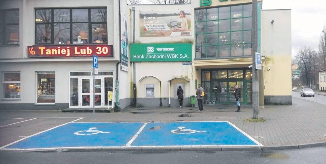 Wystarczy oznakowanie poziome kopert, by niepełnosprawni kierowcy mogli parkować samochody w tym miejscu