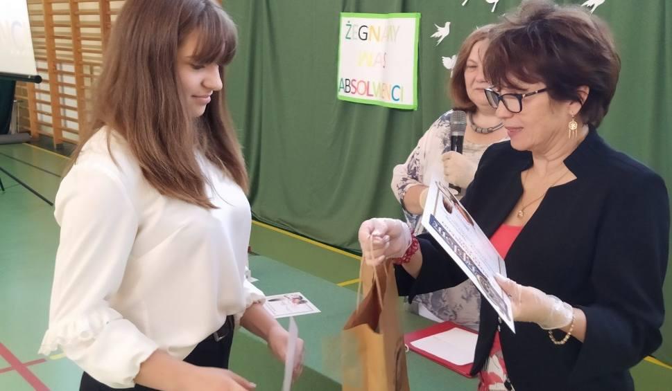 Film do artykułu: Gmina Kowala. Wyjątkowe zakończenie roku szkolnego w szkole w Kowali. Uczestniczyło w nim 32 ósmoklasistów!