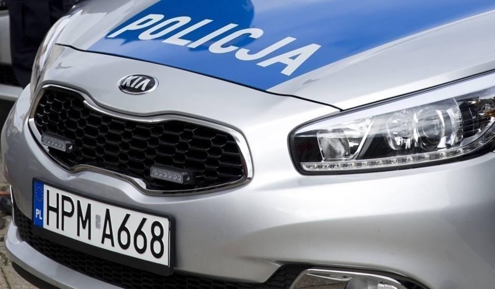 Film do artykułu: Wojsławice, powiat kazimierski. Kierowca volkswagena uderzył w ogrodzenie, pasażer w szpitalu