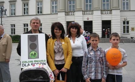 -Ja właśnie jestem przedstawicielem takie dużej rodziny - powiedział z uśmiechem pan Henryk Byzdra, który trzymał wózek z wnuczką a obok stało tak wielu