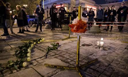 19.10.2017 warszawa plac defilad 1 miejsce podpalenia czlowieka mezczyzny pod palac kultury i nauki pkin samopodpalenie protest policja prokuratura ludzie
