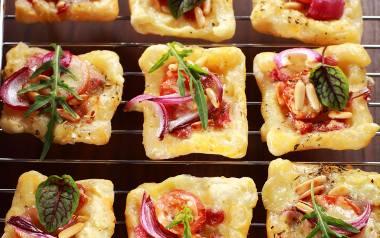 Przekąska na imprezę: kwadraciki z ciasta francuskiego.