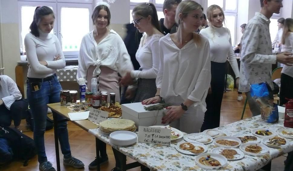 Film do artykułu: Radom. Trzydniowy jarmark świąteczny w radomskim VI Liceum Ogólnokształcącym imienia Kochanowskiego