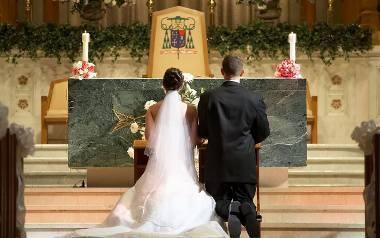 Jeśli zdarzy się tak, że rąbek sukni ślubnej panny młodej  przysłoni w którymś momencie but pana młodego, oznaczać to będzie, że przyszły mąż znajdzie