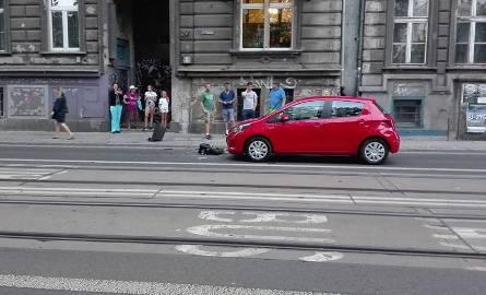 Wyrzucił telewizor przez okno wprost na samochód