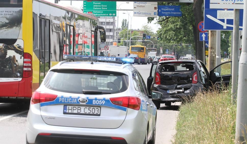 Film do artykułu: Wypadek przy Koronie. Opel uderzył w volkswagena, dwie kobiety są ranne [ZDJĘCIA]