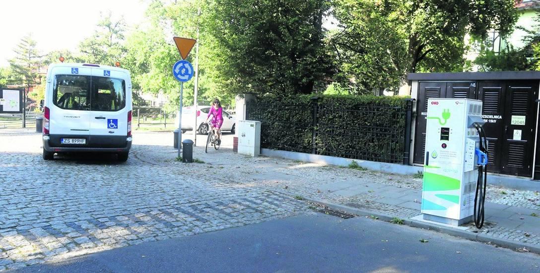 Tuż za stacją jest przejście i skrzyżowanie. Między urządzeniem a znakiem drogowym jest tylko jedno miejsce  do parkowania równoległego na chodniku.