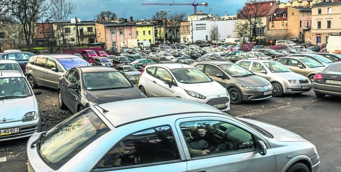 Zamieszanie na parkingu przy Urzędzie Miasta przy Grudziądzkiej to codzienny widok. Czy i kiedy powstanie tu parking wielopoziomowy, nikt nie wie. Problemów