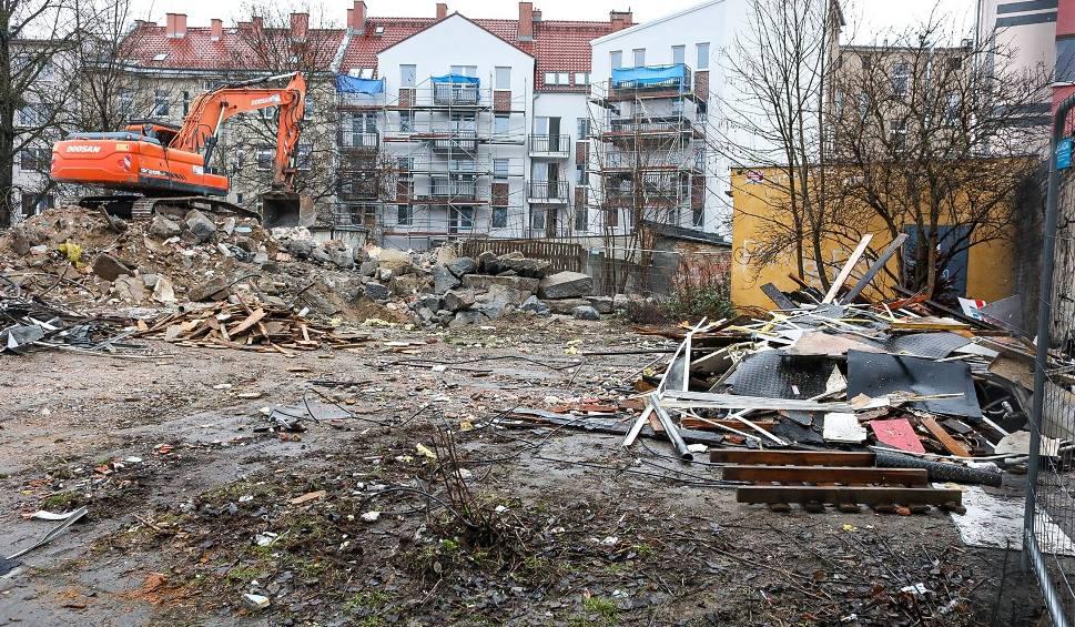 Film do artykułu: Zmiany przy ul. Parkowej w Szczecinie. Rozbiórka pawilonów, w ich miejsce powstaną budynki mieszkalne