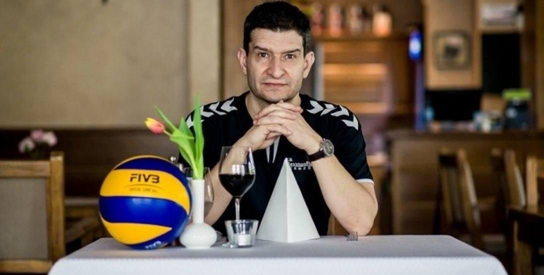 Lorenzo Micelli Ur. 24 października 1970 w Urbino. Trenerem siatkówki jest od 21 lat. Ma na koncie mistrzostwo i dwa wicemistrzostwa Turcji, dwa Puchary
