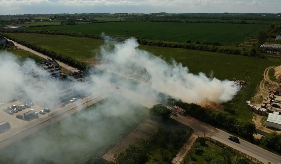 Film do artykułu: Pożar w Warzymicach. Płonęły bele słomy. Zdjęcia i wideo z drona