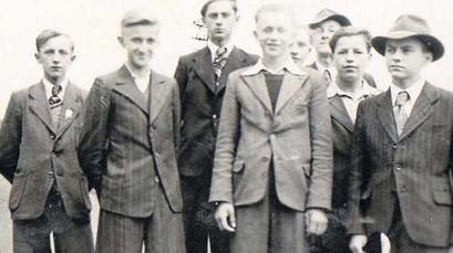 Jedno ostatnich zdjęć w cywilu - Józef Szwab (w środku) podczas pożegnalnego spotkania z kolegami