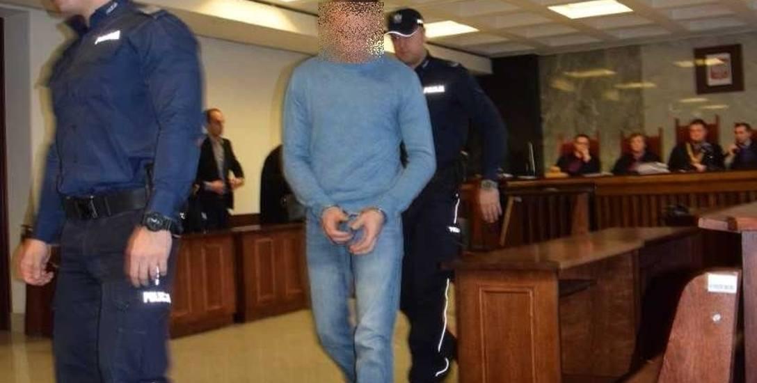 Piotr Ż. na ławie oskarżonych suwalskiego sądu siedział ze spuszczoną głową. Mówił, że żałuje tego, co zrobił, prosił o uniewinnienie. Niebawem okaże
