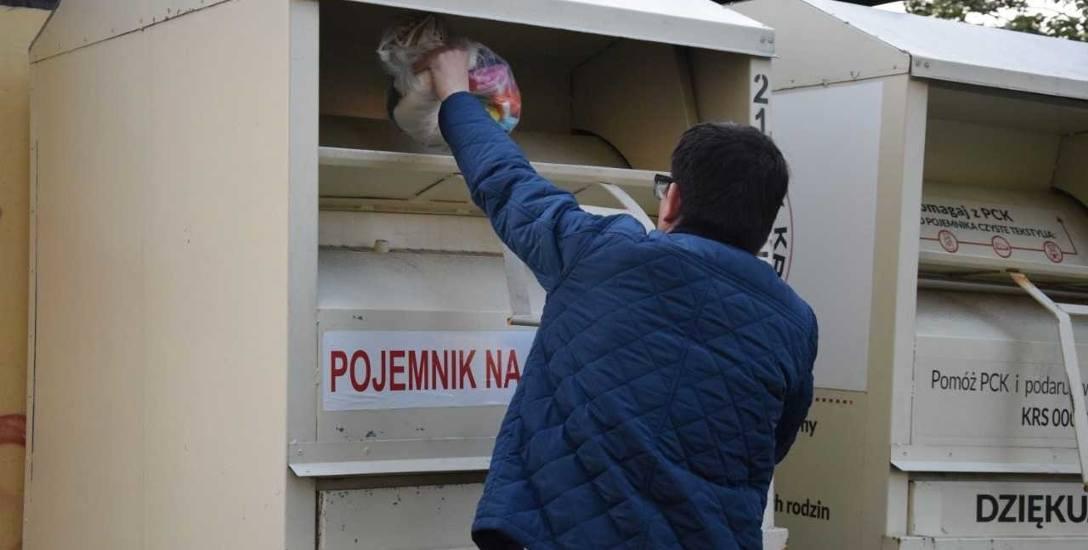 Nielegalne pojemniki na odzież używaną we Włocławku. Miasto i spółdzielnie mają problem
