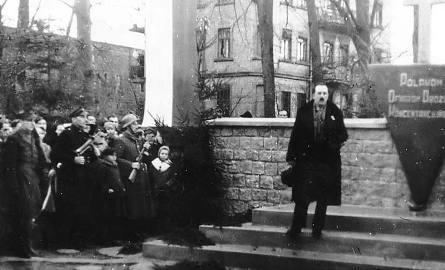 W 1946 r. wicestarosta Stanisław Kiliński odsłonił pomnik poświęcony Polakom - ofiarom obozów koncentracyjnych, usytuowany naprzeciw Liceum Ogólnokształcącego