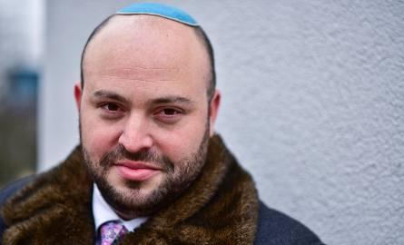 Jonny DanielsSpecjalista od PR. Założyciel i prezes fundacji From the Depths, zajmującej się współpracą polsko-izraelską. Fundacja przyznaje nagrody
