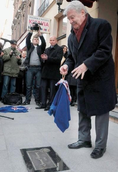 Rok 2012. Leonard Pietraszak odsłania swój autograf na ul. Długiej