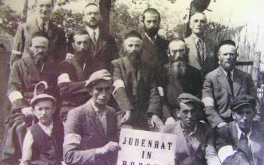 Żydzi bobowscy na chwilę przed zagładą. Zdjęcie pochodzi z sierpnia 1942 roku, gdy Niemcy likwidowali getto