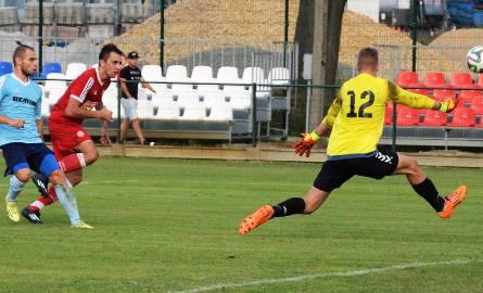 Przemysław Knapik (w czerwonej koszulce) strzela bramkę dla Soły w meczu przeciwko Wiernej.