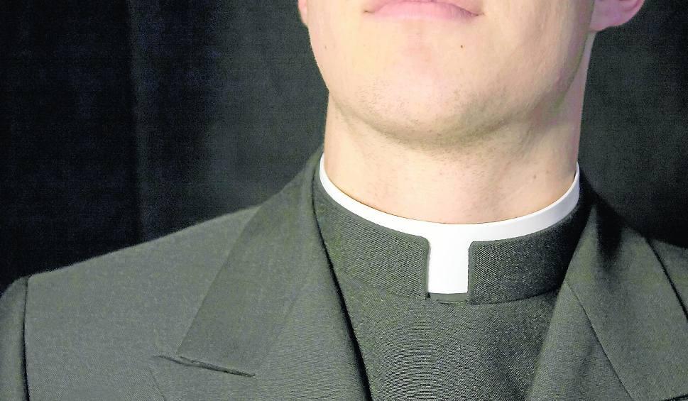 Film do artykułu: Korzenna. Ksiądz Sebastian K. czeka w areszcie. Jest podejrzany o wymianę niestosownych wiadomości z nastolatką