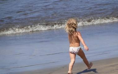 Wakacje, lato, słoneczne dni. Tłumy ludzi wypoczywa na plażach nad morzem czy jeziorem. Wśród nich biegają  i kąpią się dzieci z gołymi pupami. Co myślą