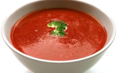 Zupa pomidorowa ze świeżych pomidorów z lanym ciastem.