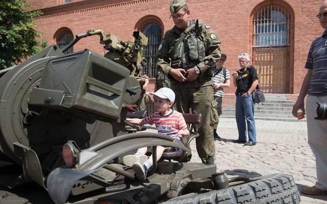 bbcef47c28f0 Pokaz sprzętu NATO na Rynku Nowomiejskim