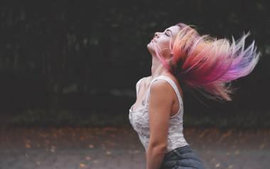 Kolorowe farby do włosów to propozycja nie tylko dla odważnych Pań. Do wyboru są takie, które się zmywają po miesiącu, więc dlaczego by nie zaszaleć