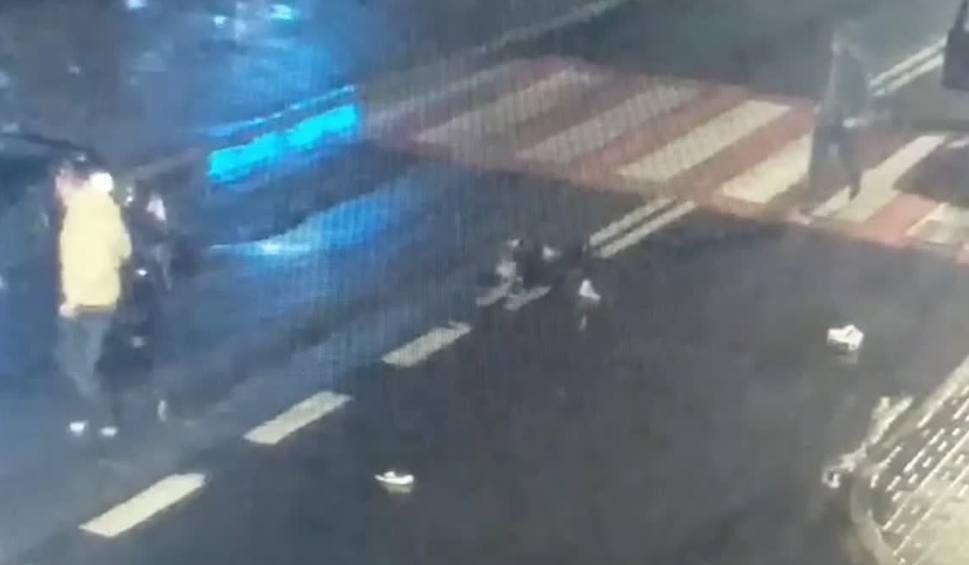 Film do artykułu: Szokujące nagranie: 15-latka potrącona na przejściu dla pieszych przez dwa samochody WIDEO Z MONITORINGU