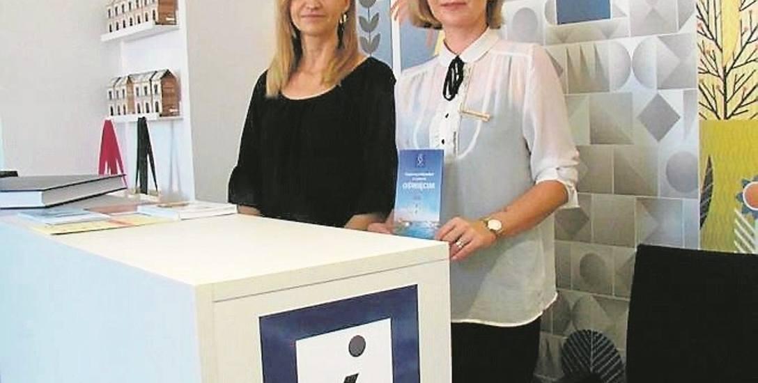 Aneta Odrobina (od lewej) i Dajana Sochacka w punkcie informacji turystycznej w Oświęcimiu mówią o wielkim napływie gości