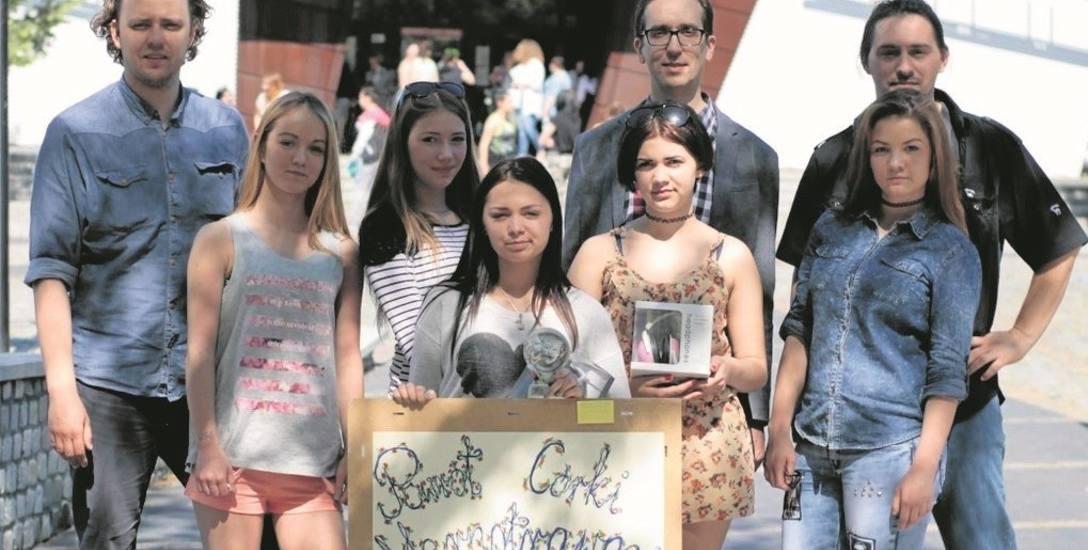 W spektaklu zagrały: Natalia Osuch, Daria Moniuszko, Wiktoria Moniuszko, Daria Dalak i Olga Snela. Na zdjęciu z reżyserem Pawłem Lewartowskim oraz Krzysztofem