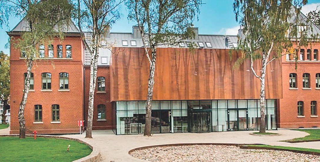 Studenci mieszkają na poddaszach tego zabytkowego budynku, ukrytego za nowoczesną fasadą, pokrytą rdzewioną blachą