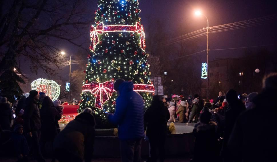 Film do artykułu: Rozbłysła choinka przed ostrowskim ratuszem. Świąteczną iluminację uruchomiono w obecności św. Mikołaja