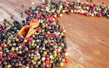 Za charakterystyczny, palący smak pieprzu odpowiada jej składnik - piperyna. Naukowcy udowodnili, że ma ona dobroczynny wpływ na ludzki organizm.