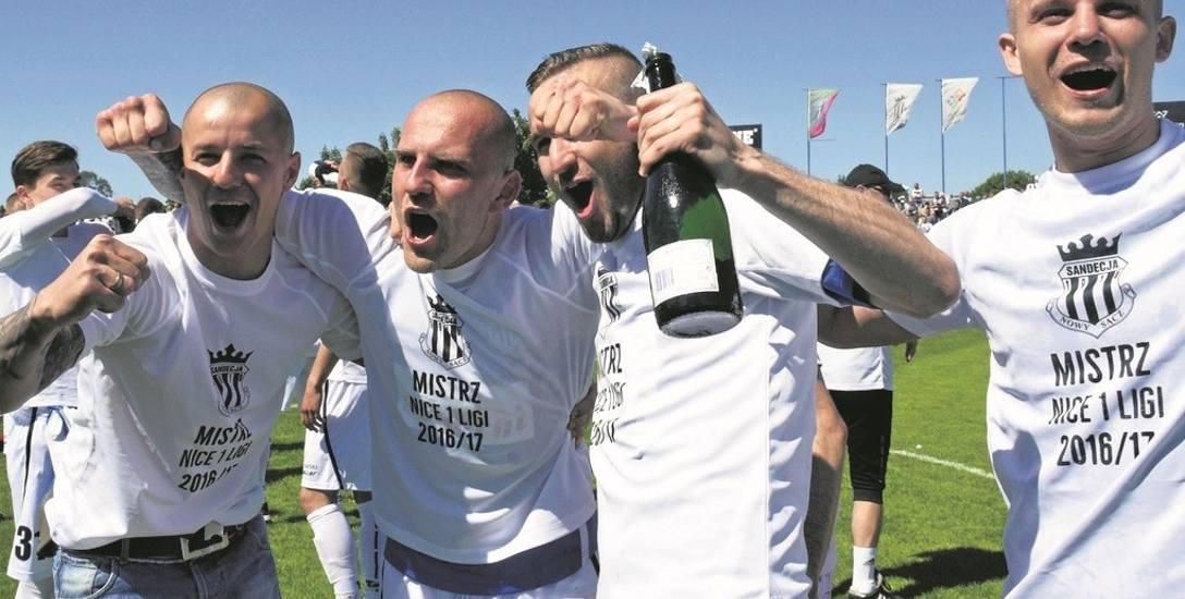 Awans do ekstraklasy piłkarze Sandecji świętowali  po remisie z Wisłą Puławy. Było to również ostatnie spotkanie na stadionie przy ul. Kilińskiego. Kibice